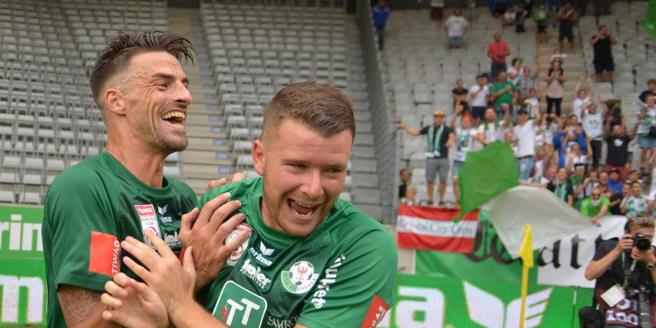 Florian Buchacher und Sandro Neurauter beim Jubel über den Sieg gegen die Wiener Austria am Samstag.