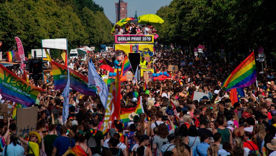 Bei hochsommerlichen Temperaturen wurden allein bei dem Demonstrationszug rund 300.000 Teilnehmer gezählt.