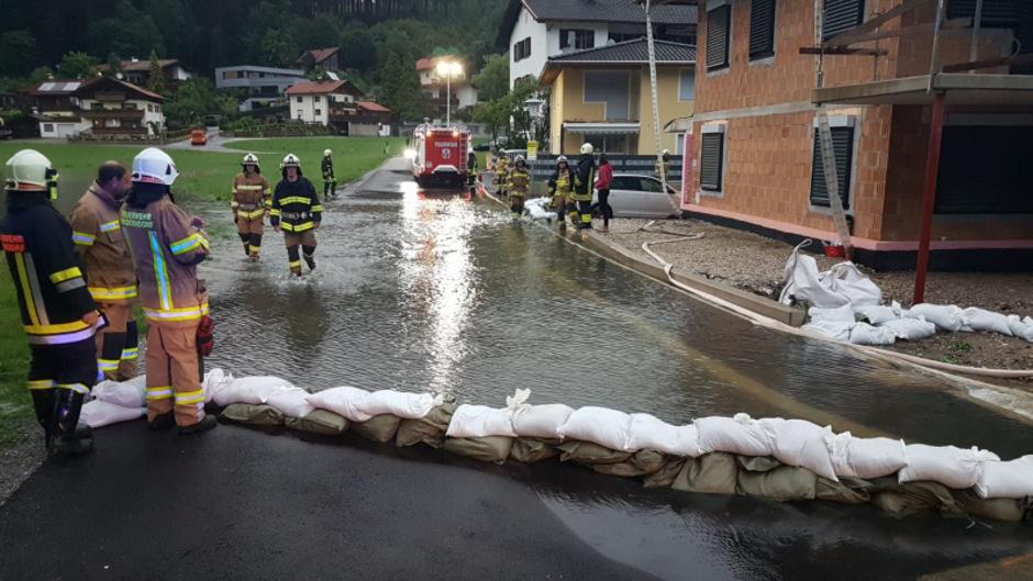 Mit Sandsäcken und Pumpen kämpfte die Freiwillige Feuerwehr Niederndorf gegen das Wasser.