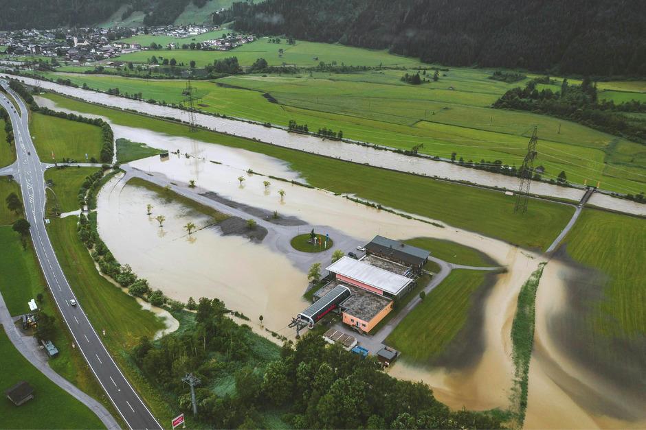 Nach Starkregen sind die Pegelstände der Flüsse in Salzburg und in weiten teilen Österreichs stark  angestiegen.