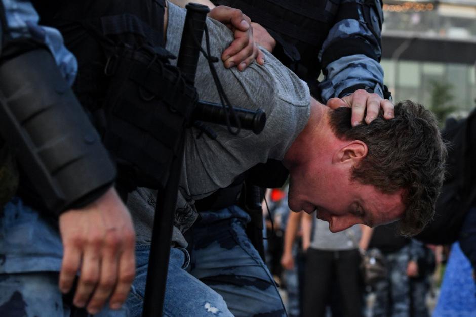 Die Polizei antwortete auf die Proteste mit Gewalt.