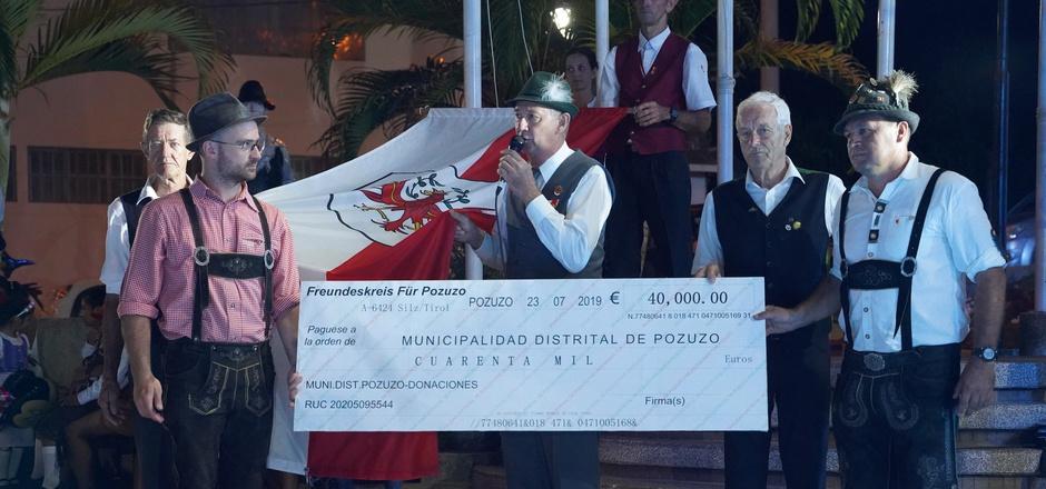 Ein Scheck des Landes Tirol in der Höhe von 40.000 Euro ging im Jubiläumsjahr an Pozuzo, Silz als Partnergemeinde überreichte eine Tiroler Fahne.