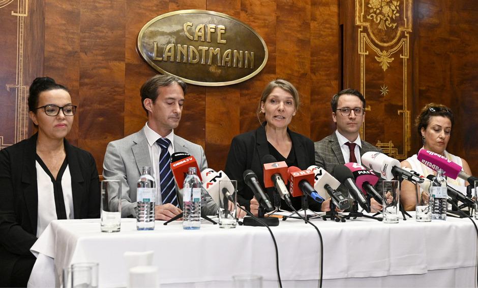 Parteichefin Maria Stern (M.) stellt die Kandidaten Nadja Helmy, Bernd Nussbaumer, Thomas Walach und Golaleh Ebenhöchwimmer vor.