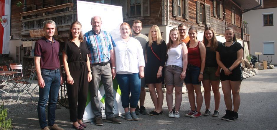 Karl Wiesauer, Andrea Silberberger (Regionalmanagement), Bürgermeister Sepp Ritzer aus Ebbs (v.l.) mit Vertreterinnen und Vertretern der Landjugend-Jungbauernschaft, die das Projekt vorstellten.