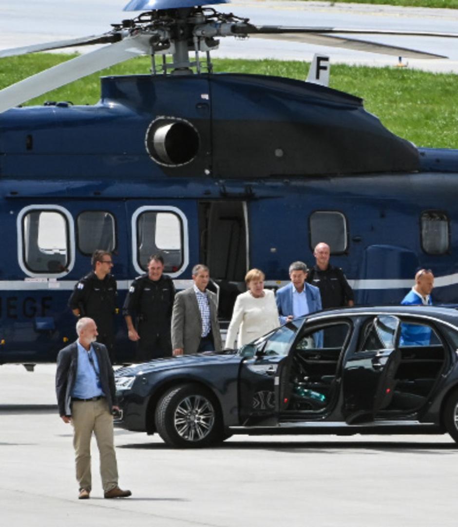 Angela Merkel und Ehemann Joachim Sauer steigen vom Hubschrauber der Bundespolizei am Flughafen Innsbruck in die Limousine um.