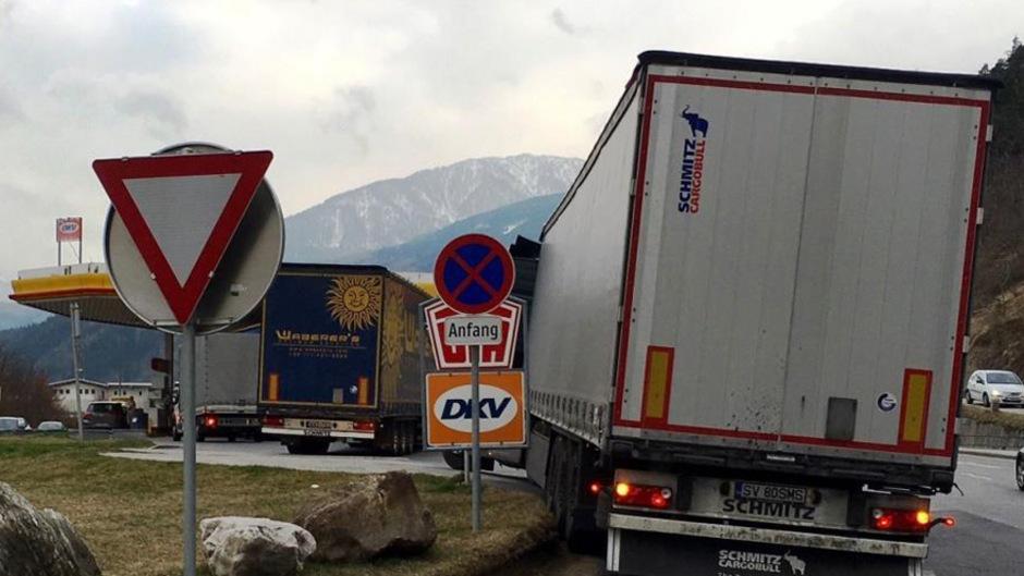 Billiger Diesel wird getankt und die Lkw stauen sich bis auf die Bundesstraßen wie in Mutters/Natters.