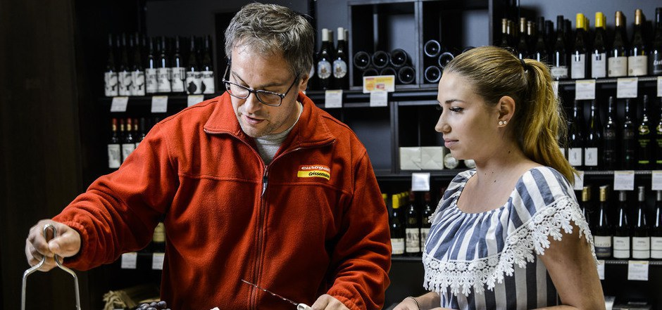 Nüsse und Weintrauben gehen immer: Käsesommelier Martin Schatz informiert seine Kunden über die breite Palette an Käsesorten und weiß, welcher Käse wozu passt.