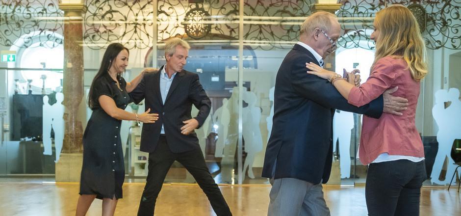Harald Stummer mit Julia Polai (l.) und Ferry Polai mit Theresa Pichler (r.) werben für den Gesellschaftstanz.
