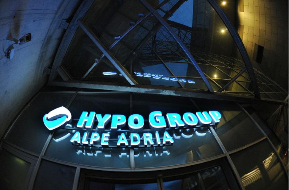 Die Hypo Alpe Adria wurde 2009 vom Staat aufgefangen.  Im Herbst 2014 wurde der Konzern von der Republik zerschlagen und alle Restbestände in Abbaugesellschaften umgewandelt.