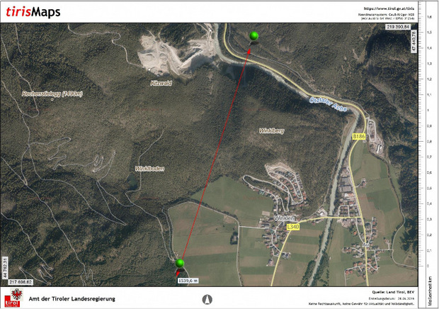 Der Landesumweltanwalt maß die 1500 Meter Entfernung zwischen den geplanten Deponien (der grüne Punkt oben betrifft die aktuelle Beschwerde) ab – dazwischen befindet sich eine Siedlung, deren Erweiterung wegen des Bergsturzgebietes Köfels abgelehnt wurde.