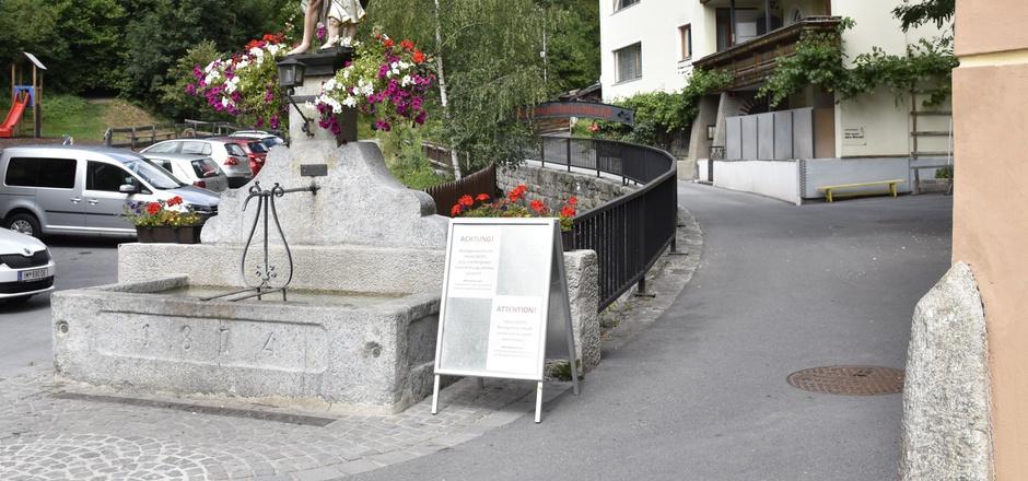 Am Eingang zur Rosengartenschlucht am Imster Johannesplatz wurden Wanderer gestern über die Sperre informiert.