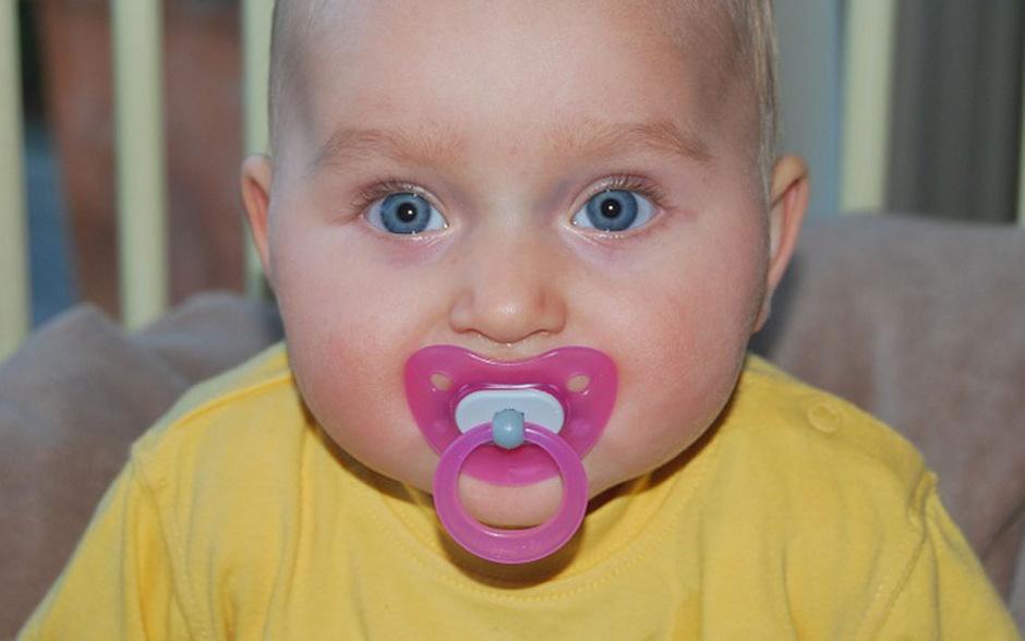 An Schnullern in der heutigen Form nuckeln Babys und Kleinkinder seit 70 Jahren.