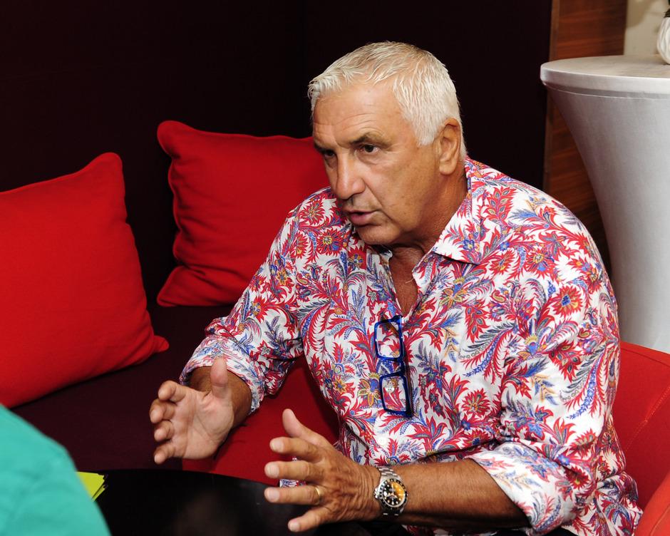 Macht im Hawaii-Hemd mit 66 Jahren eine gute Figur - Österreichs Fußball-Legende Hans Krankl.