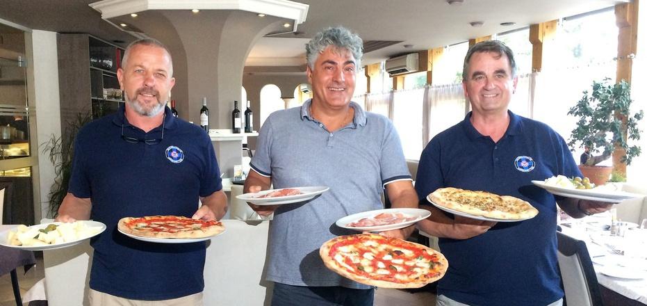 Pizza-Weltmeister Leonardo Granata (M.) organisiert mit den Wasserrettern Franz Striemitzer (l.) und Meinhard Pargger das Pizzafest.