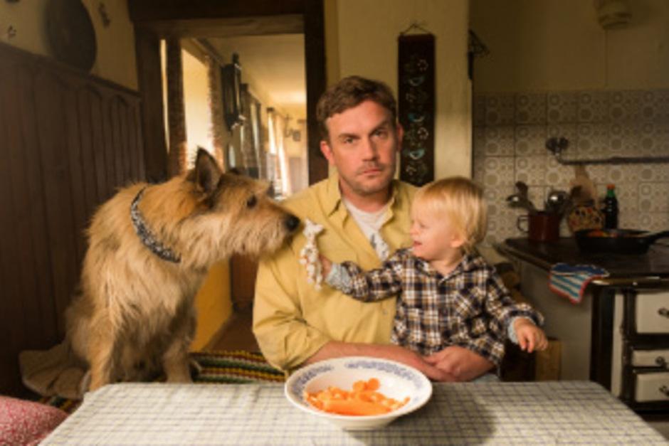 Dorfpolizist Franz Eberhofer hat's richtig hart erwischt: Er muss allein auf seinen kleinen Sohn aufpassen und noch dazu auf seine geliebten Fleischkässemmeln verzichten.