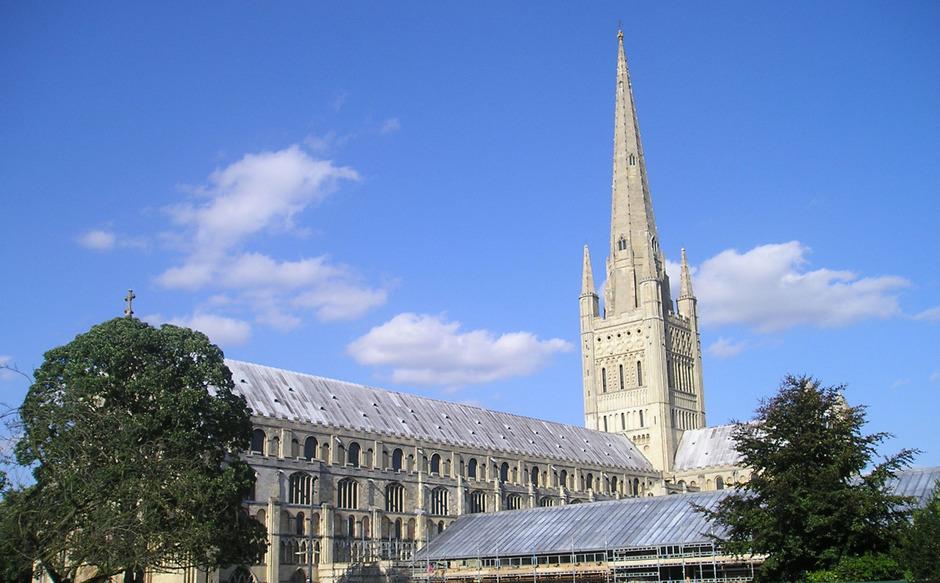 In der anglikanischen Kathedrale von Norwich soll im August eine 15 Meter hohe Jahrmarktrutsche aufgestellt werden.