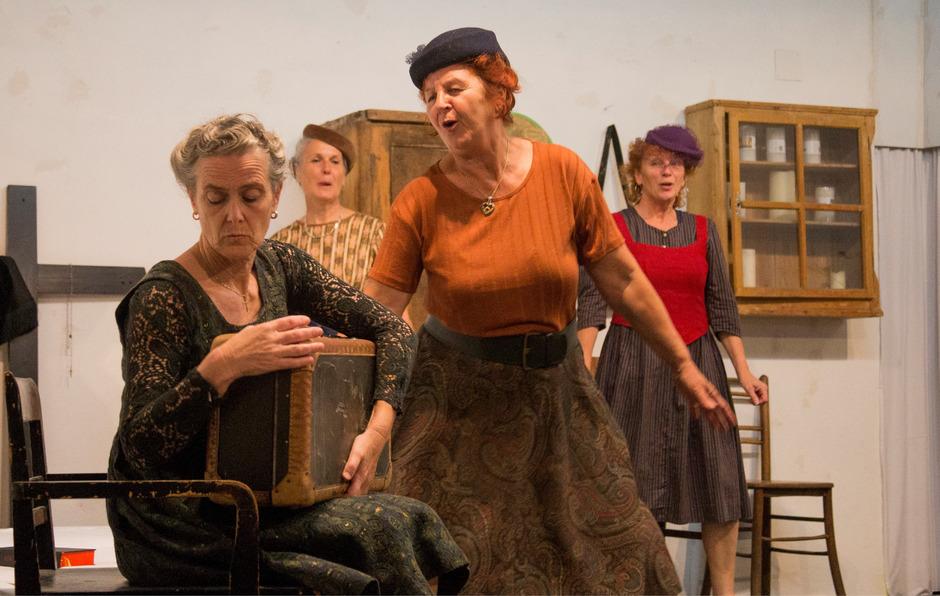 """Regina Mayr als """"Moidele"""" mit Martha Klocker, Eva Meissl und Yvonne Steurer (v.l.), die die Rollen von Zeitgenossinnen übernehmen."""