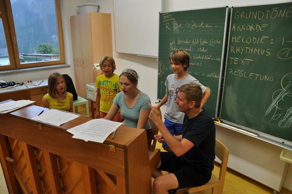 Eine Woche Arbeit steckt hinter der Gesamtkomposition der Kreativwerkstatt. Komponist Michael Schiefel (r.) leitet etwa die Gesangsgruppe.