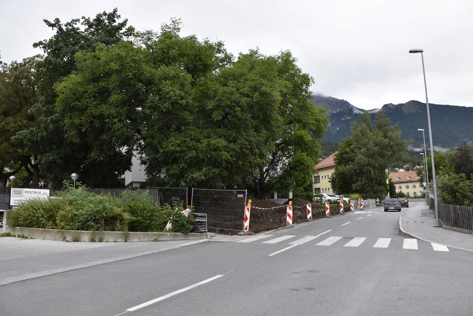 Der blickdichte Metallzaun auf der linken Straßenseite wurde abgerissen und der Überquerungsbereich wird übersichtlich gestaltet.