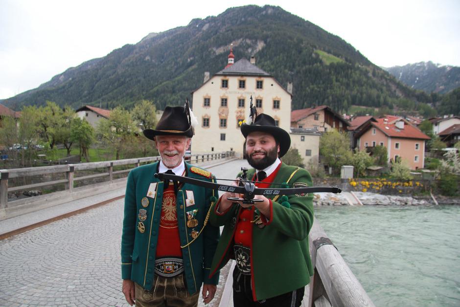 Viertelkommandant Fritz Gastl (l.) und der Pfundser Schützenobmann nehmen ihr Ziel heuer mit der Armbrust ins Visier.