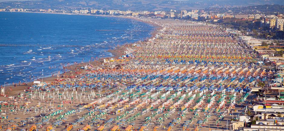 Rote und weiße Flaggen wurden gehisst, um den Touristen die betroffenen Strandstrecken ersichtlich zu machen.
