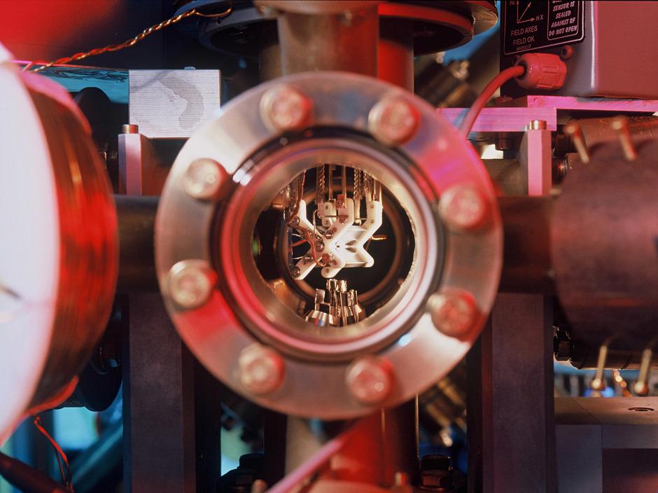 Dank der maßgeblichen Forschung von Innsbrucker Physikern gibt es Quantencomputer bereits. Doch das Know-how muss noch in marktreife Produkte umgesetzt werden. Ein erster Schritt dazu ist getan.