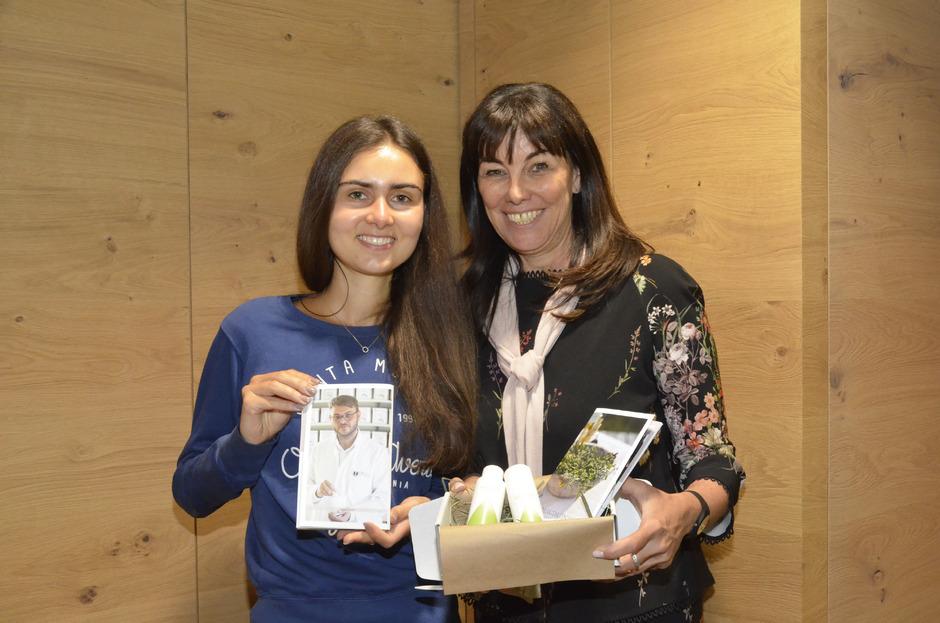 Magdalena und Martha Schultz mit ihren Pflegeprodukten.