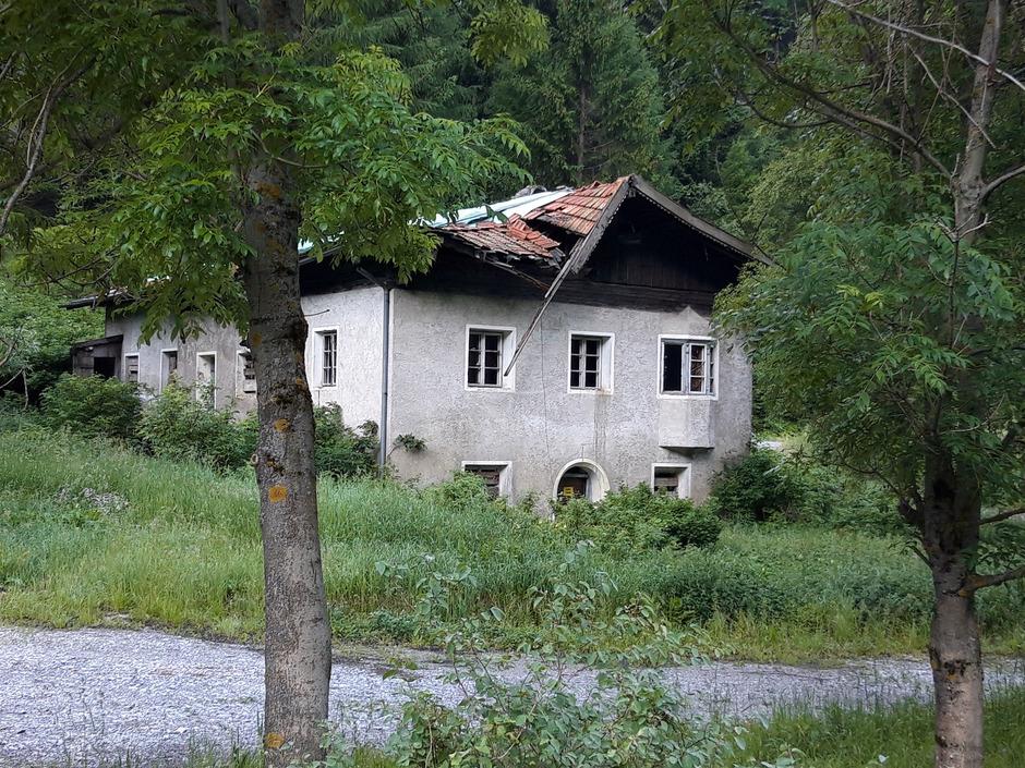 Die Zollstätte Lueg ist samt Widum (Bild) seit Mai rechtskräftig Denkmal. Das Betretungsverbot der Gemeinde macht es langsam zur Ruine.