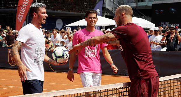 Im vergangenen Jahr kickte Dominic Thiem (M.) am Tag seines Spiels noch mit Marko Arnautovic (r.).