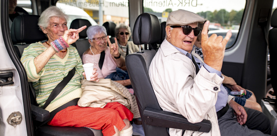 V.l.n.r.: Marianne Hansen, Helga Schreckling, Irmgard Mestermann und Gustav Jacobs, zeigen bei ihrem Ausflug zum Wacken-Festival den Metal-Gruß.