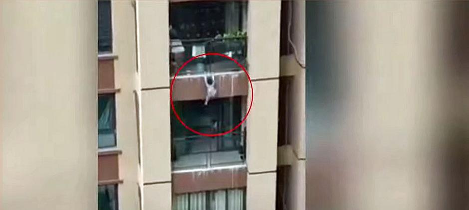Laut dem chinesischen Staatsfernsehen blieb der Dreijährige unverletzt.