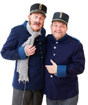 """Volker Heißmann (l.) und Gerald Pichowetz spielen in der Operette """"Die Fledermaus"""" zwei sturzbetrunkene Gefängniswärter."""