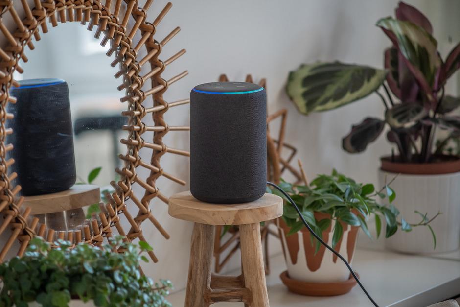 Sie sind klein, schlicht und schick. Sprachgesteuerte Geräte wie Amazons Alexa, Google Home, Samsungs Bixby oder Microsofts Cortana ziehen in immer mehr Haushalten ein.
