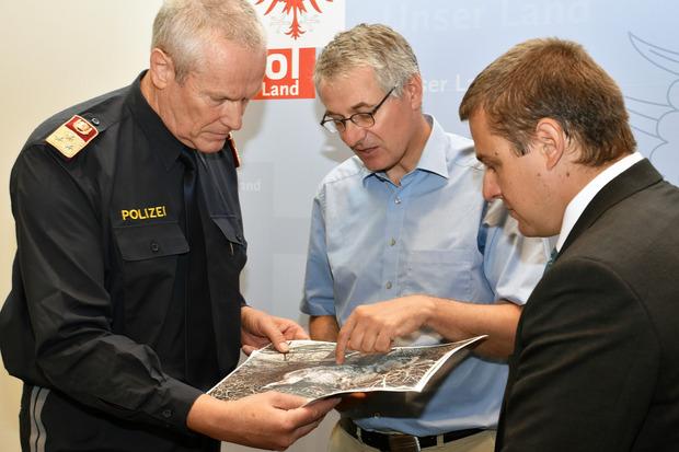 Gerhard Niederwieser, Bezirkspolizeikommandant Innsbruck-Land, Martin Janovsky, Beauftragter für große Beutegreifer und Klaus Wallnöfer, Vorstand der Abteilung Jagd und Fischerei (rechts oben von links nach rechts) beurteilten Fotografien des Fundes.