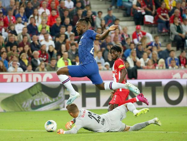 Michy Batshuayi (FC Chelsea London) gegen Torwart Philipp Köhn (FC Red Bull Salzburg) und Gideon Mensah (FC Red Bull Salzburg/re).
