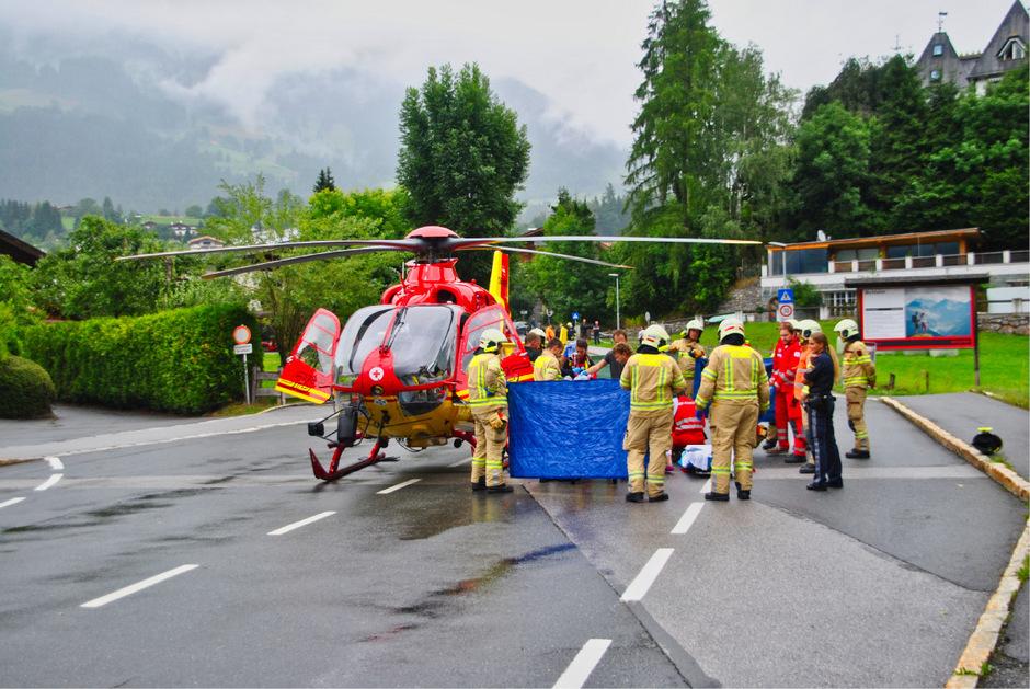 Die Frau wurde mit dem Notarzthubschrauber ins Krankenhaus eingeliefert.