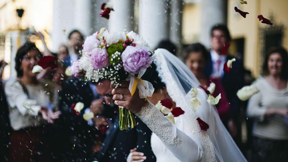 Wer heiratet oder in einer Beziehung lebt und auch online treu bleibt, ist laut US-Studie glücklicher.