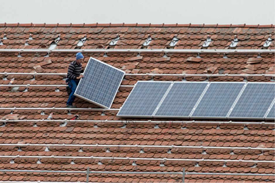 Photovoltaik gilt als günstigste und naturverträgliche Energiequelle, da sie auf bereits existierenden Gebäuden installiert werden kann.