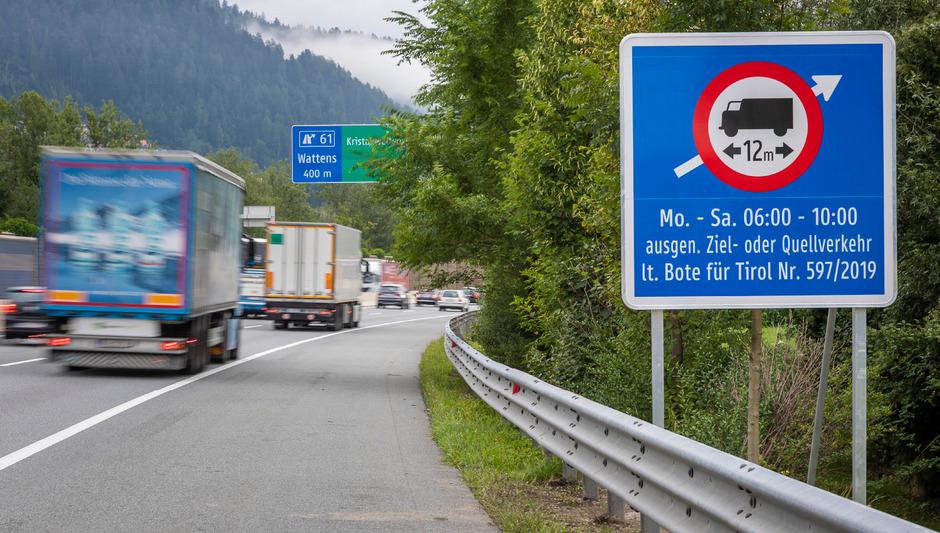 Dieses Schild weist kurz vor der Autobahnabfahr Wattens auf das Lkw-Zufahrtsverbot hin.