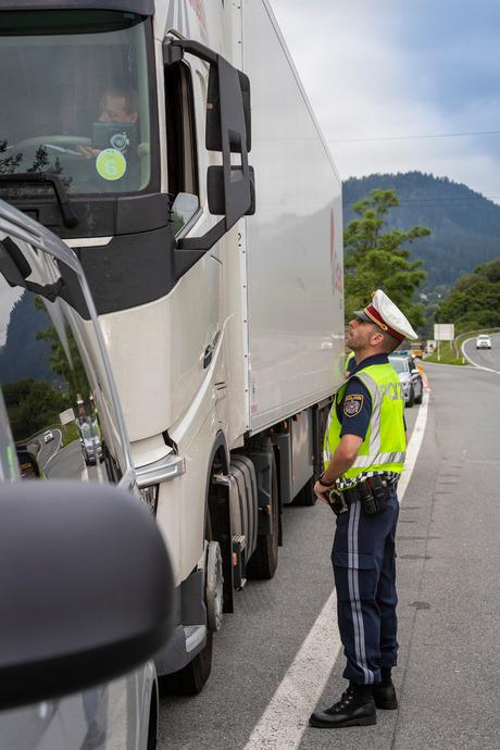 Die Beamten Gottfried Kofler (links) und Harald Fischler von der Autobahnpolizei in Schönberg halten einen Sattelschlepper auf, der trotz Verbots bei Mutters von der Brennerautobahn (A13) abgefahren ist.