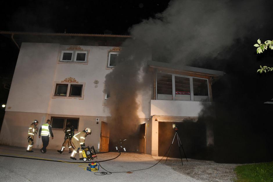Starker Rauch drang am Donnerstagabend aus einem brennenden Keller in Buch.
