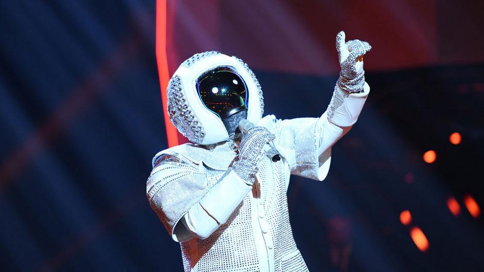 """Das Publikum entschied: Der Astronaut im strassbesetzten Raumanzug bekommt den Siegespokal der ersten Staffel der deutshcen Version von """"The Masked Singer""""."""