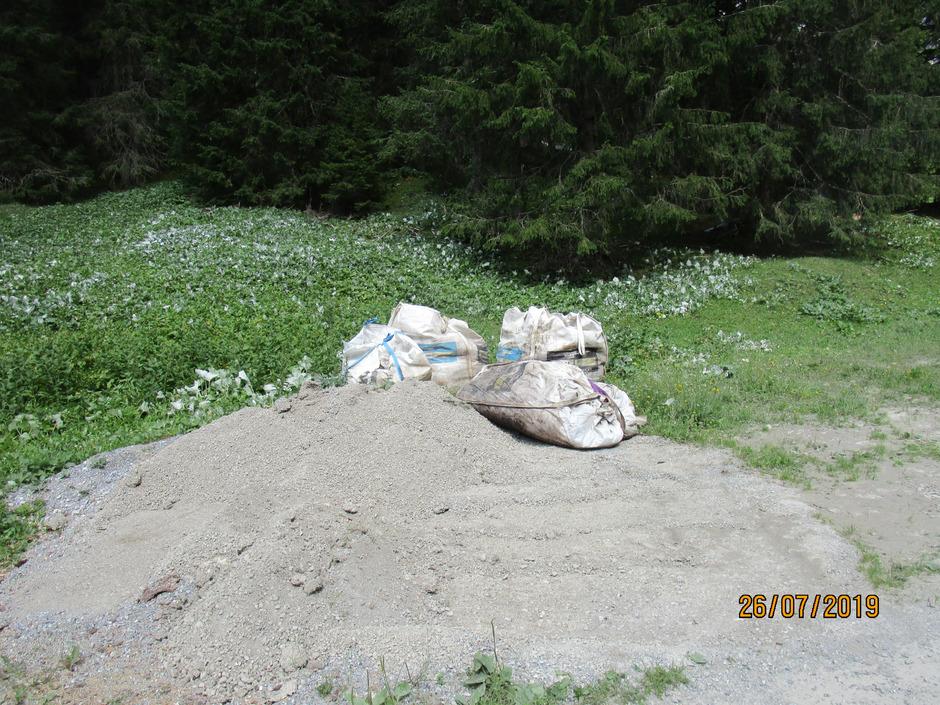 """Klärabfälle der Memminger Hütte wurden mehrere Tage in offenen Big Bags im Madautal """"zwischengelagert""""."""