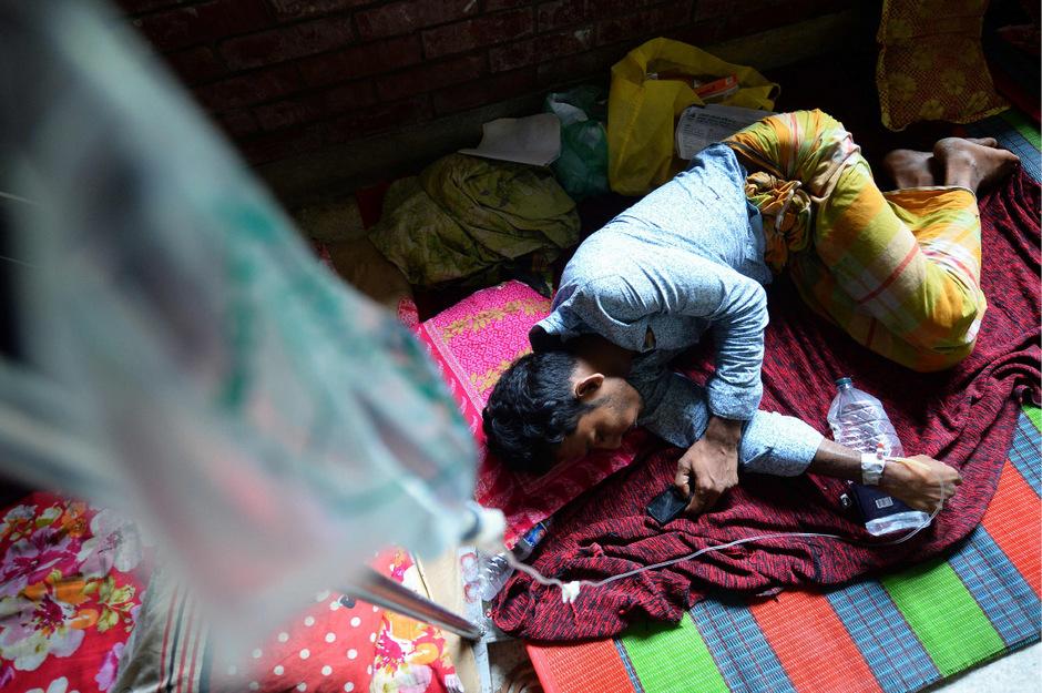 Denguefieber breitet sich vor allem in Asien und Lateinamerika aus. Im Bild ein Mann aus Bangladesch, der gegen die Infektion kämpft. (Archivfoto)