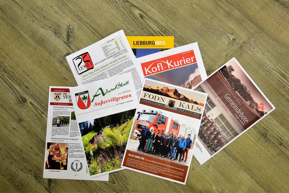 Eine Auswahl der Gemeindezeitungen von Prägraten, Assling, Außervillgraten, Lienz, Tristach, Kals und Iselsberg-Stronach. Nur acht von 33 Osttiroler Gemeinden haben (noch) keine eigene Zeitung.