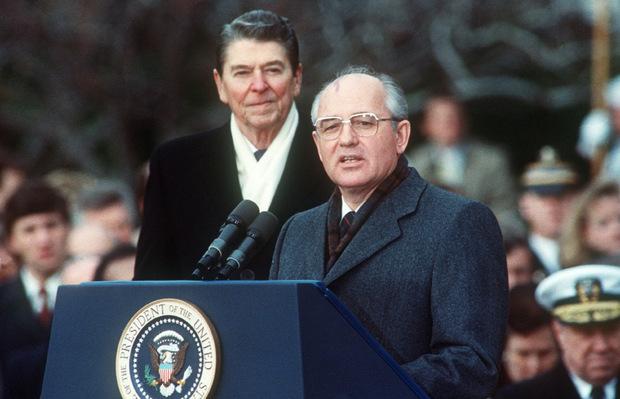 US-Präsident Ronald Reagan und der sowjetische Staatschef Michail Gorbatschow 1987.