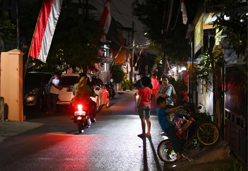 Bewohner stürzten in Jakarta auf die Straße, als das Hochhaus wegen des Erdbebens schwankte.