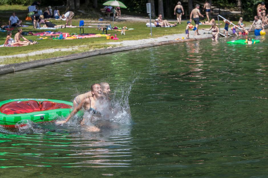 Carina  und Nicole  genießen den Sommer am Reinthalersee.