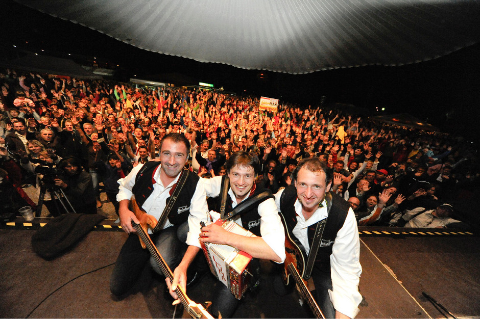 """Tausende Fans feiern einmal im Jahr mit den """"Zillertaler Haderlumpen"""" ein großes Fest in Zell am Ziller."""