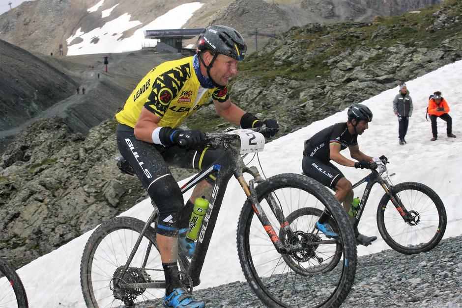 Zwei Grad am Flimjoch ließen Sieger Urs Huber (l.) und Alban Lakata kalt. Im Zielsprint siegte Huber nach 4,08 Stunden.